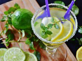 Una-bevanda-di-miele-e-limone-edifici-utili